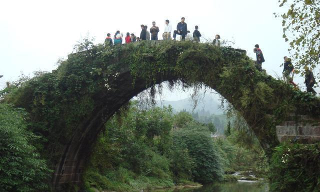 上里古镇的这座单拱石桥,亲自走一下才知道不一样