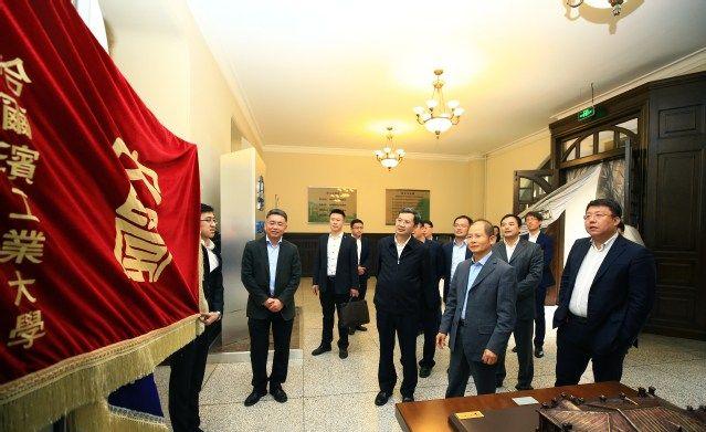 华为轮值董事长徐直军现身哈尔滨工业大学参观,签署战略合作协议