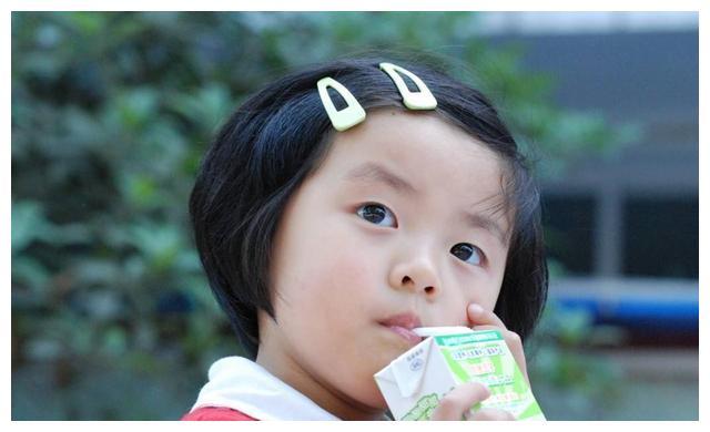 天天喝牛奶的孩子,跟从不喝牛奶的孩子,1年后区别明显