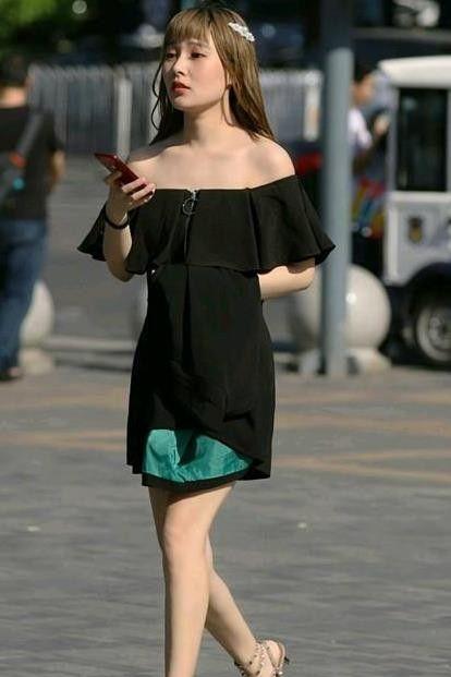 街拍:百般难描的小姐姐,一条黑色一字肩连衣裙,时尚魅力气质