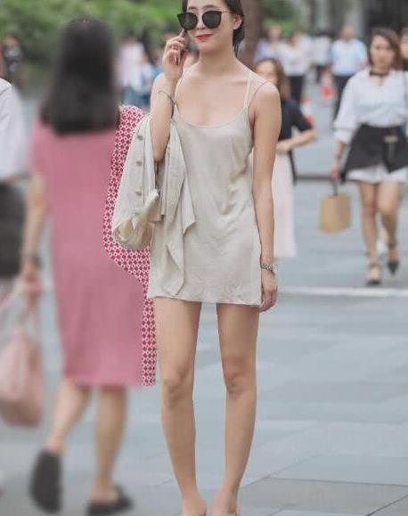 时尚街拍:小姐姐穿吊带睡衣出门约会,引领这个傍晚的时尚潮流