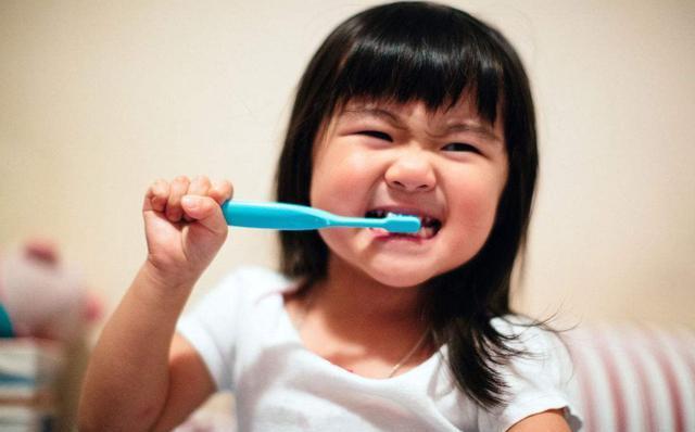 """乳牙有问题,恒牙也会受影响,要保护好宝宝的""""小乳牙""""哦!"""