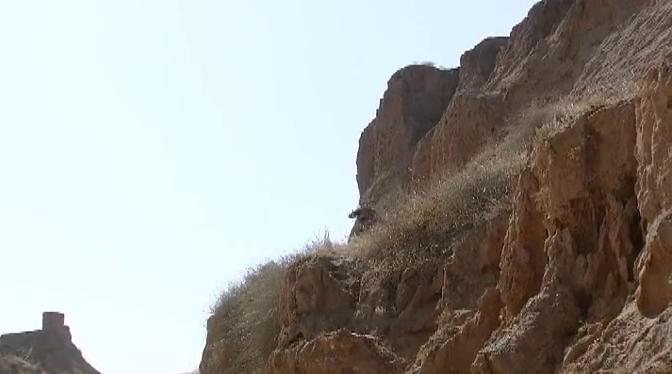 男子在山里狂奔,他难道是 越狱,怕被警察发现?
