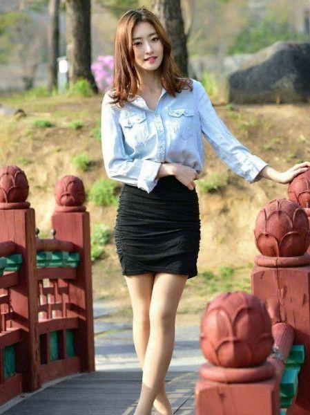 紧身包臀裙搭配高跟鞋,展现出了女人的时尚又有气质