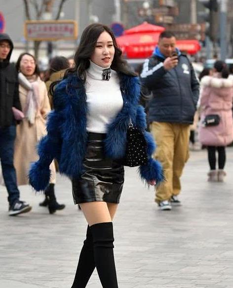 街拍:明眸善睐的美女,一件蓝色外套配黑色短裙,时尚气质女人味