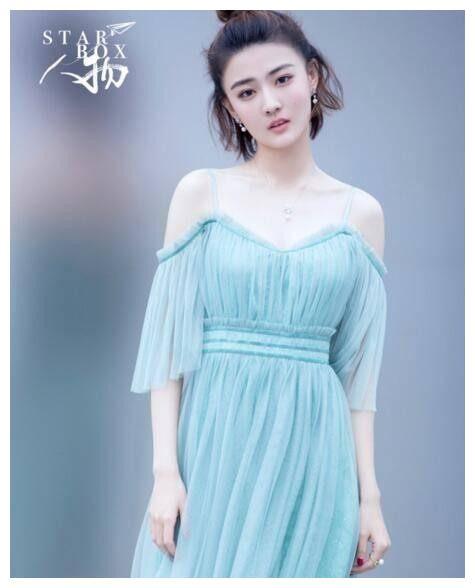 徐璐和赵丽颖同穿蓝湖纱裙,一个吊带一个裙摆,气质却差这么大
