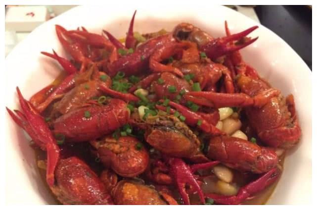 女子吃龙虾发现其嘴里有木糖醇,餐厅甩锅:是小龙虾自己吃的