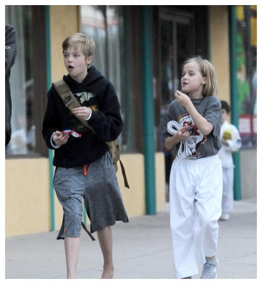 朱莉两个亲生女儿画风差距大:一个男生打扮酷帅,一个甜美调皮