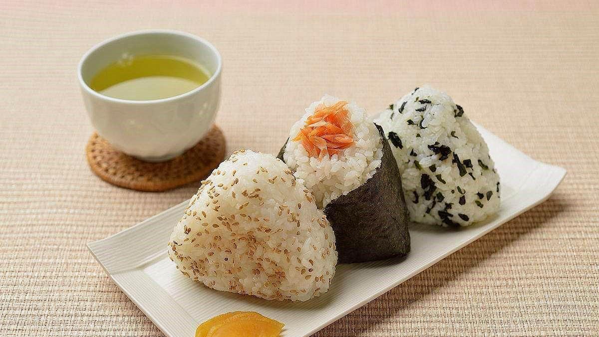 去日本旅游时,看到日本人吃的饭团,才明白原来它并不亚于寿司