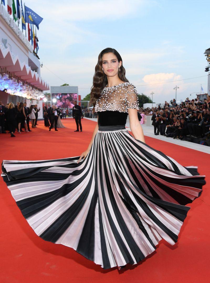 女星莎拉·桑帕约时尚晚礼服参加76届威尼斯电影节