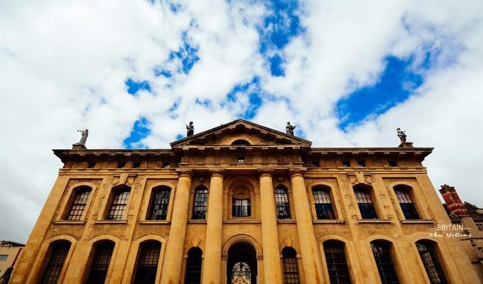 世界最古老的牛津大学,整个城市就是一座学校,游客比学生还多