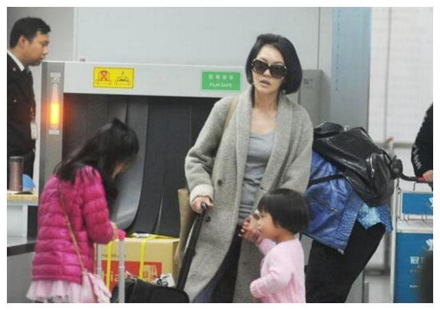 小S徐熙娣一家外出,大女儿帮小妹提行李获赞,想起了自己的姐姐
