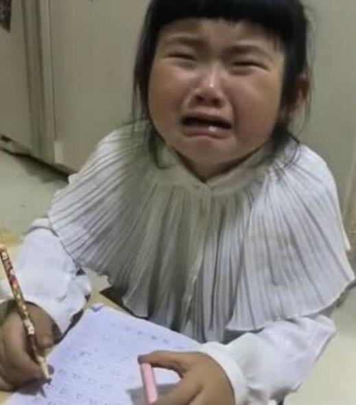 10岁女孩暑假作业一字未动,被妈妈关在门外,去派出所住了一宿