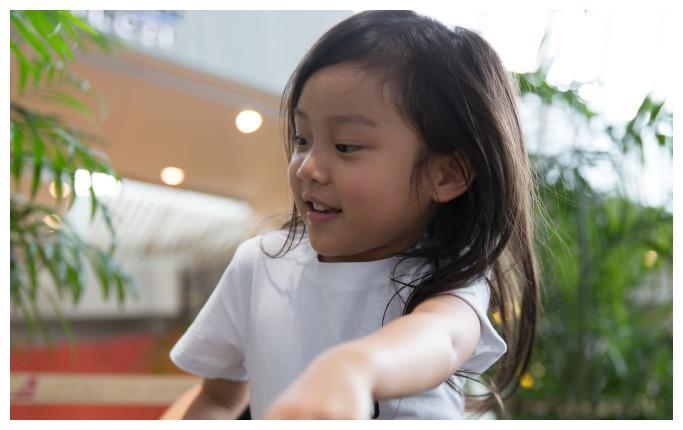 甜馨小小年纪就会涂指甲油扮靓了,踩在椅子上被指没教养
