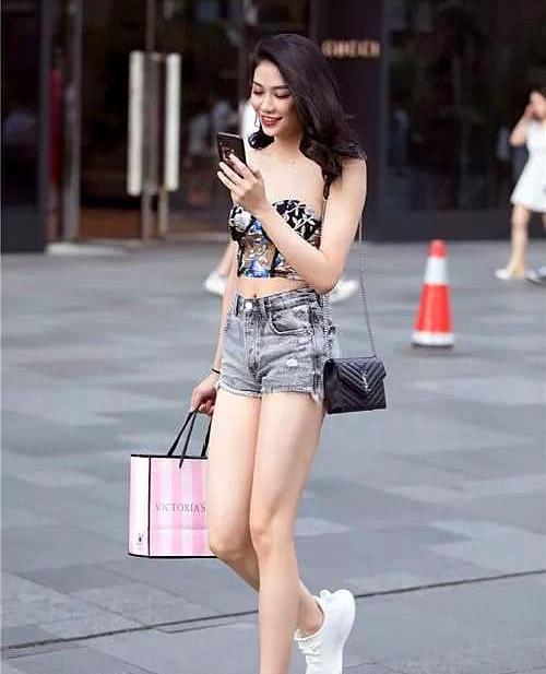 丰腴小姐姐,白色上衣搭配下的黑色短裤,女人味十足