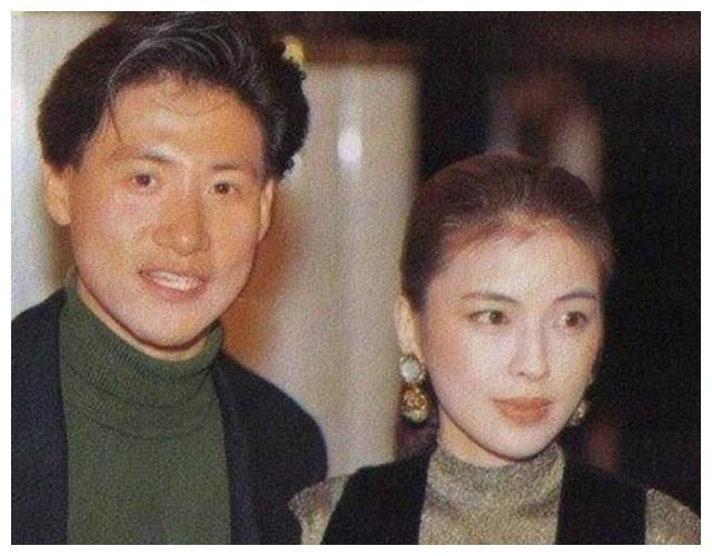 56岁张学友与老婆近照,网友:坐拥16亿房产,穿的却是这种衣