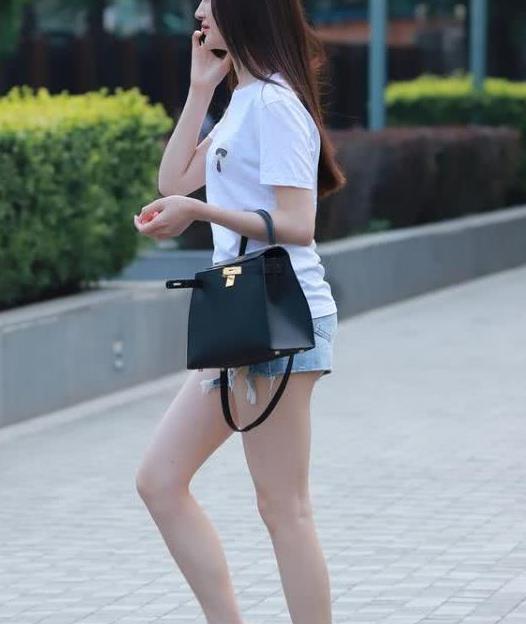 街拍:皮肤白皙的小姐姐,一件白色短袖配牛仔短裤,时尚魅力气质
