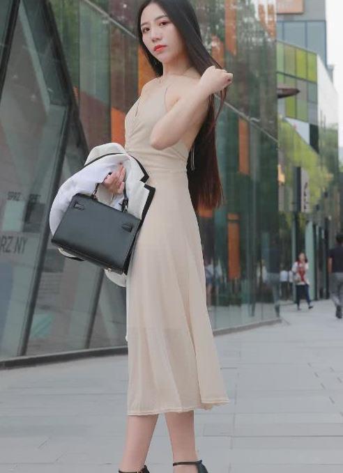街拍:长发飘飘配长裙的美女,有着无处躲闪的魅力
