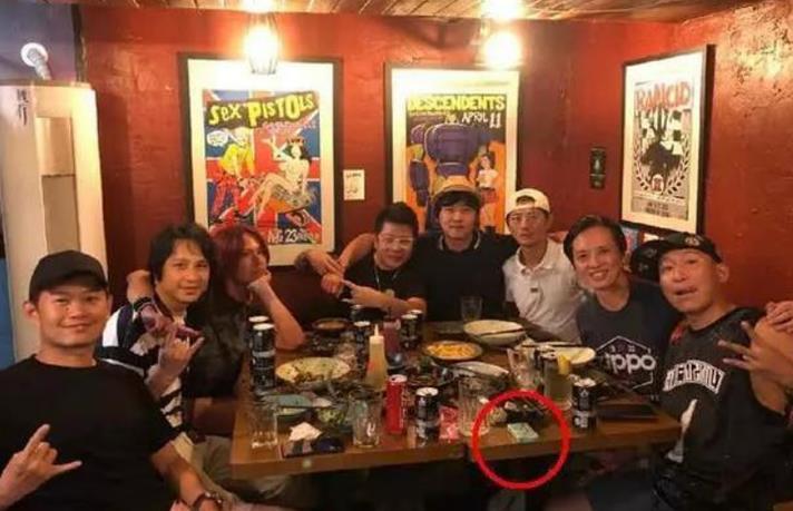 43岁陈羽凡近照曝光,打扮休闲与朋友聚会,皮肤黝黑身材发福
