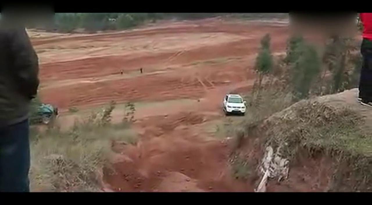 视频:陆风X8真不错,爬泥地坡毫无压力就上去了