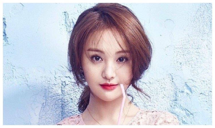 郑爽节目中认真听外交课,和康辉老师合影,一脸崇拜