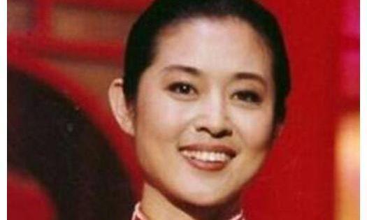 59岁倪萍近照,精致妆容四肢纤细,网友:这坐姿一般人学不来