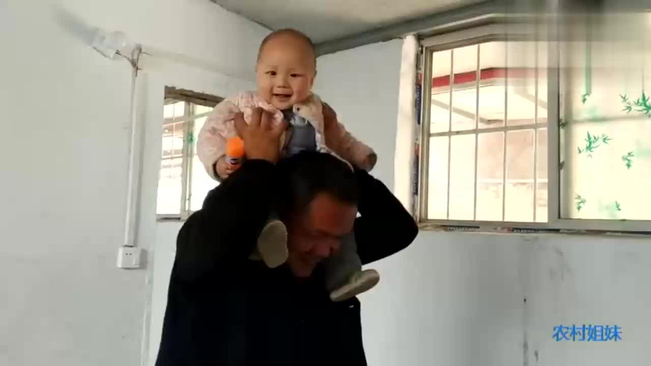 宝爸和小宝贝在干什么呢小宝贝竟然骑在宝爸的脖子上有点害怕
