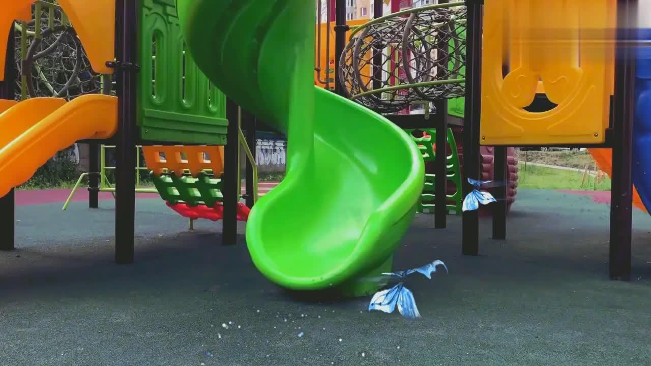 亲子互动:小宝贝玩滑梯,假装受伤,爸爸妈妈帮忙处理伤口!