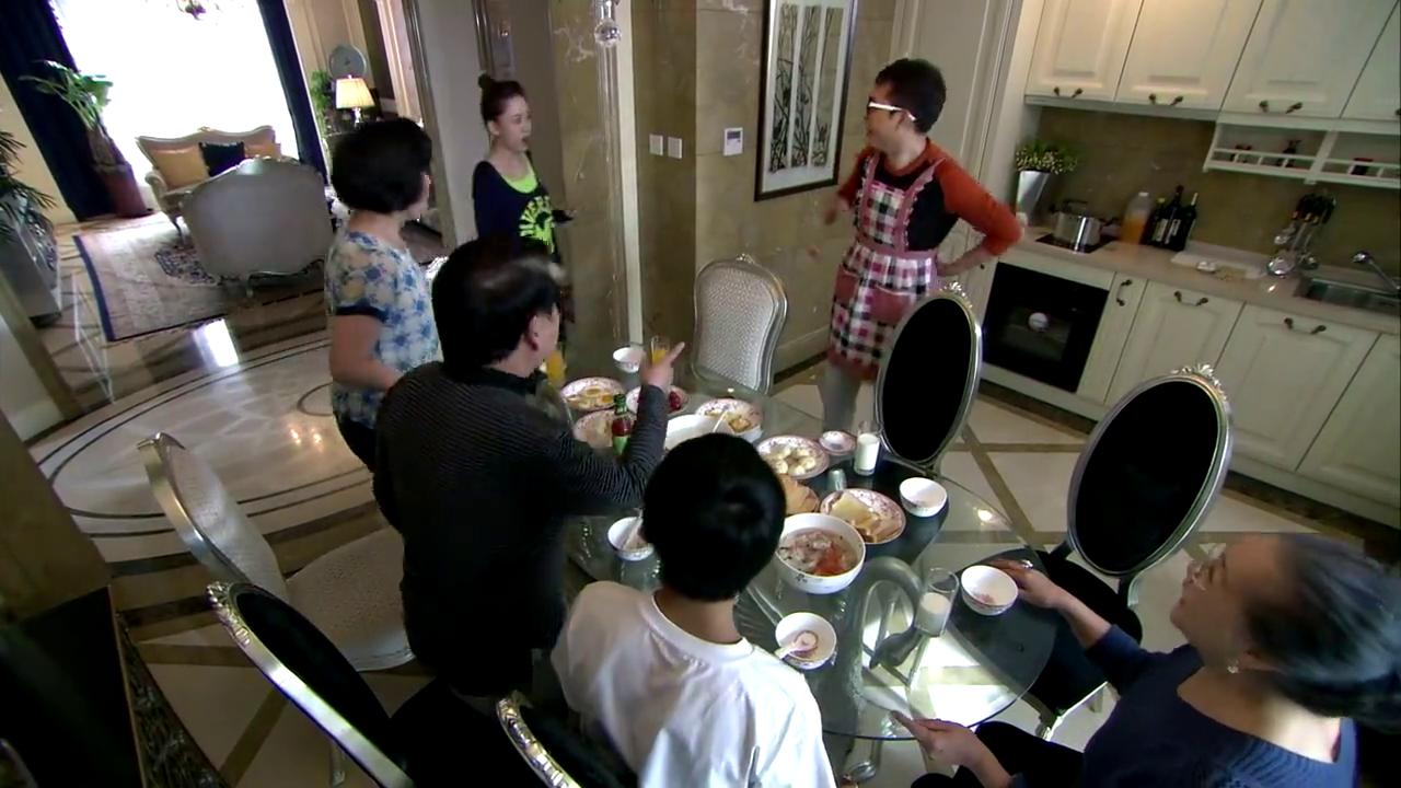 小伙起来做早餐,一边递碗一边说话,可事实不是这样