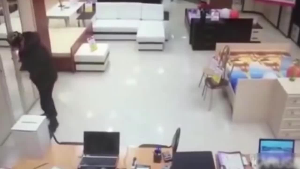 蠢贼入室抢劫,遭生猛女子生扑,监控拍下爆笑一幕!