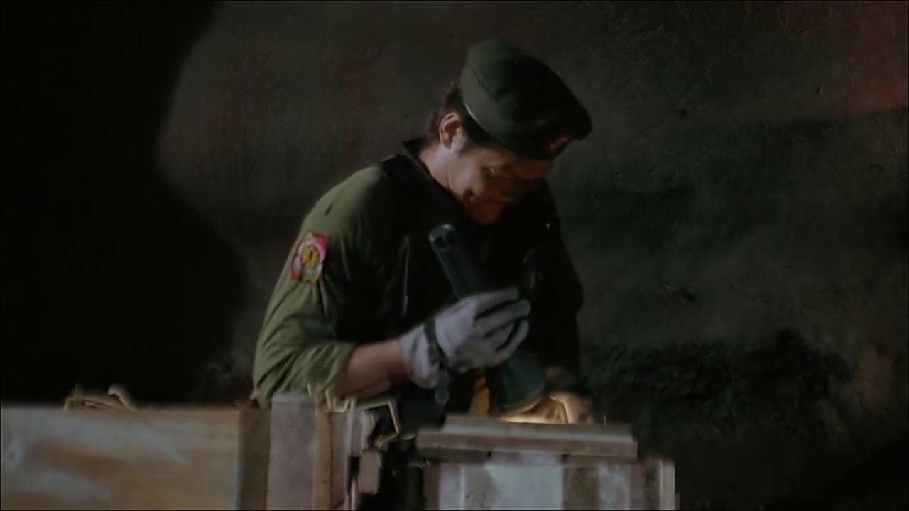 山洞里猛男们发现丢失的宝藏了,可以破案了!