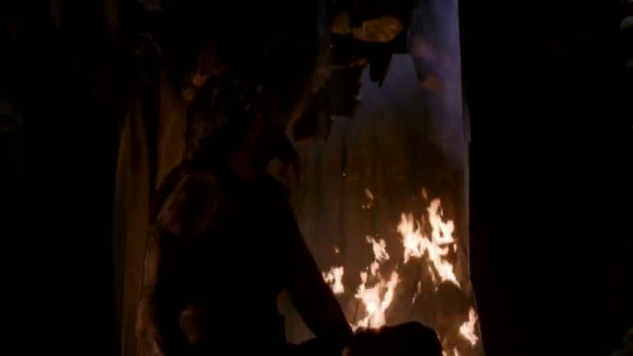 山洞里两男子打架,到处都是火光?