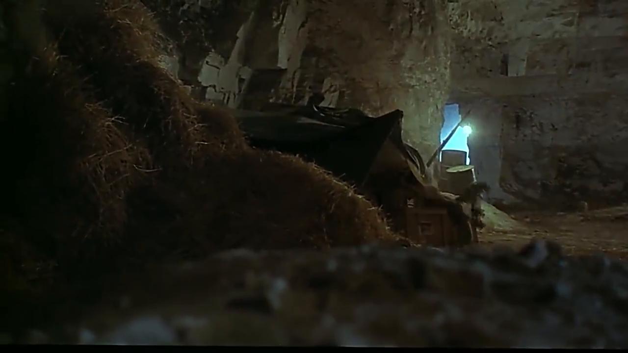 山洞中,敌人发现刘德华对其开枪,幸亏灵敏及时逃脱