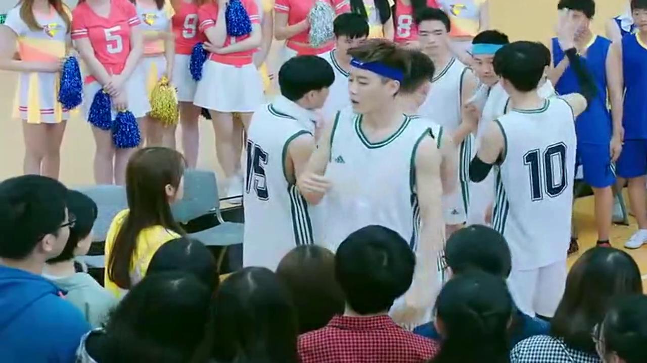 打篮球的男生当众念出美女的情书,没想到男神学长霸气来救场