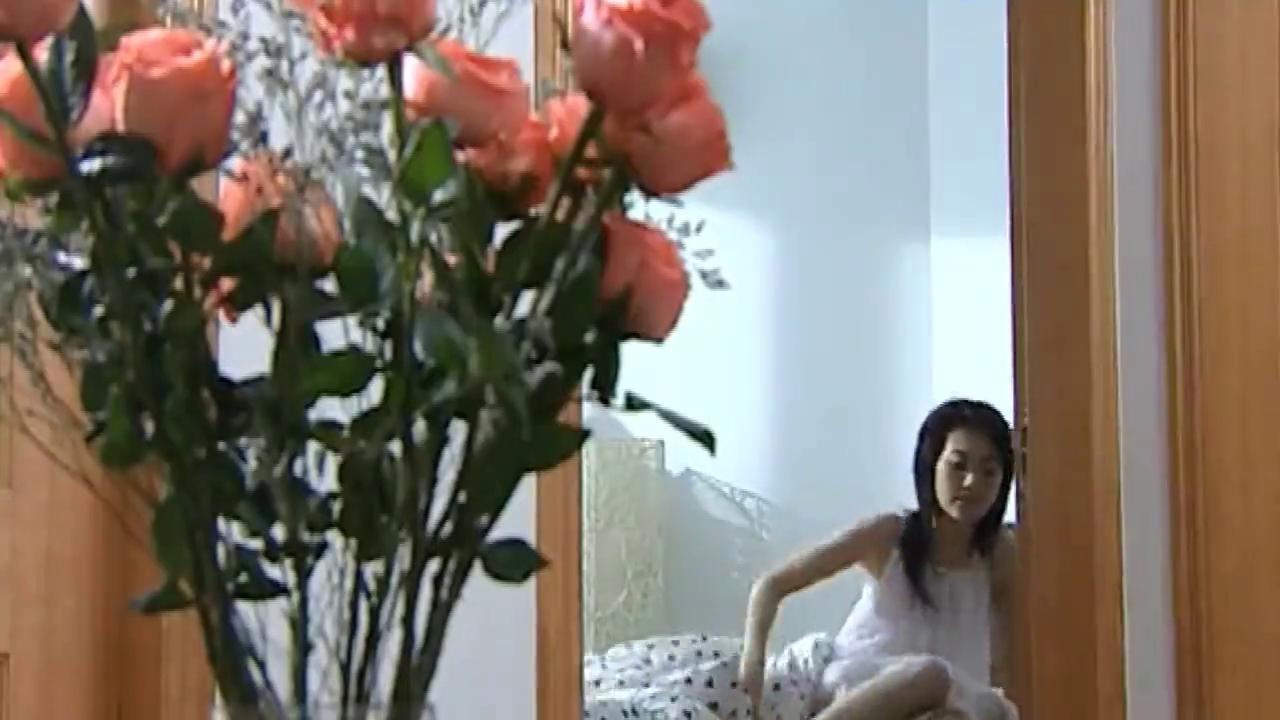 女子在出租房里做坏事,结果一开门精彩了