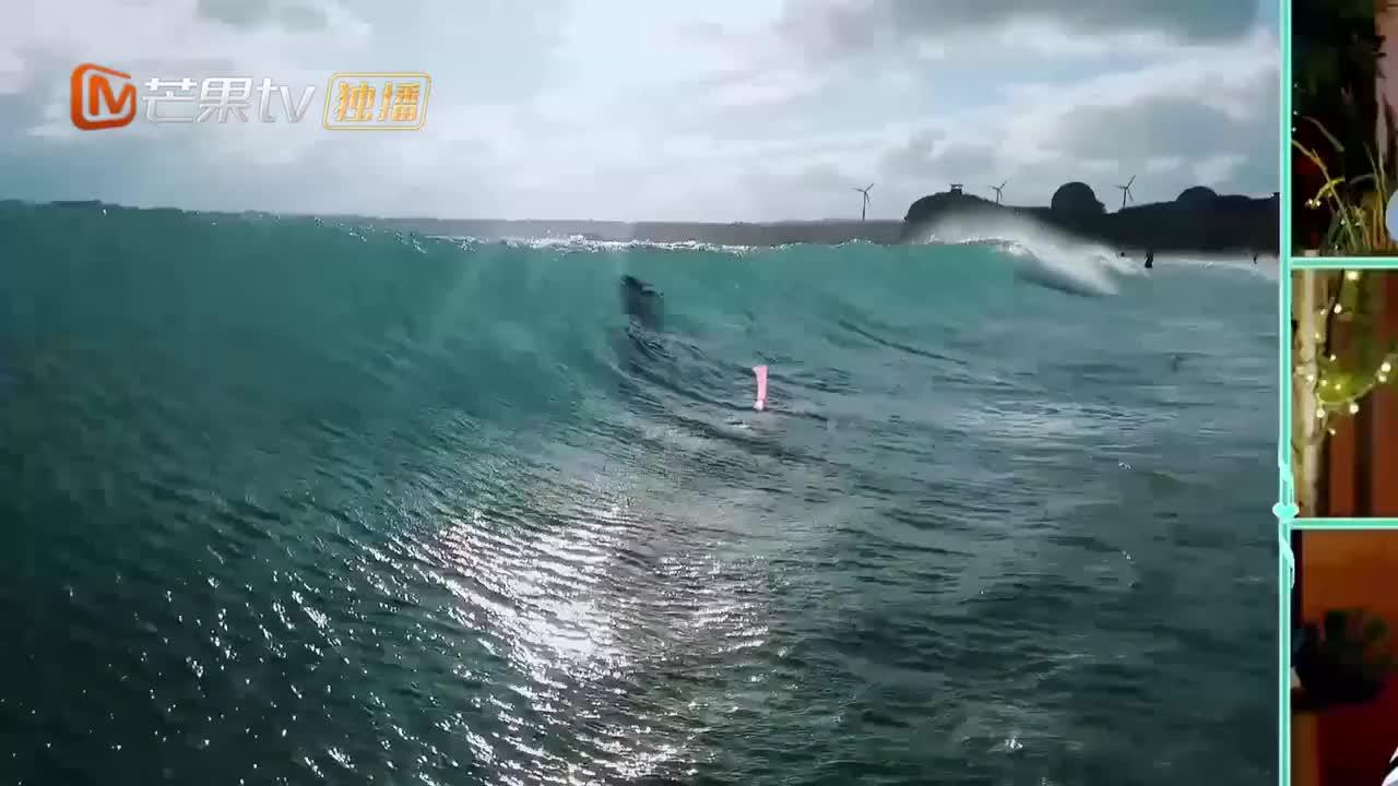 任容萱海边玩水被灭顶,施宇化身人体挡浪板man爆够甜!