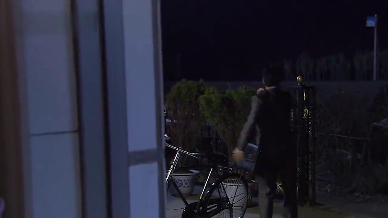 乡村爱情:广坤半夜穿雨衣装鬼,翻墙去王老七家被他媳妇当场打晕