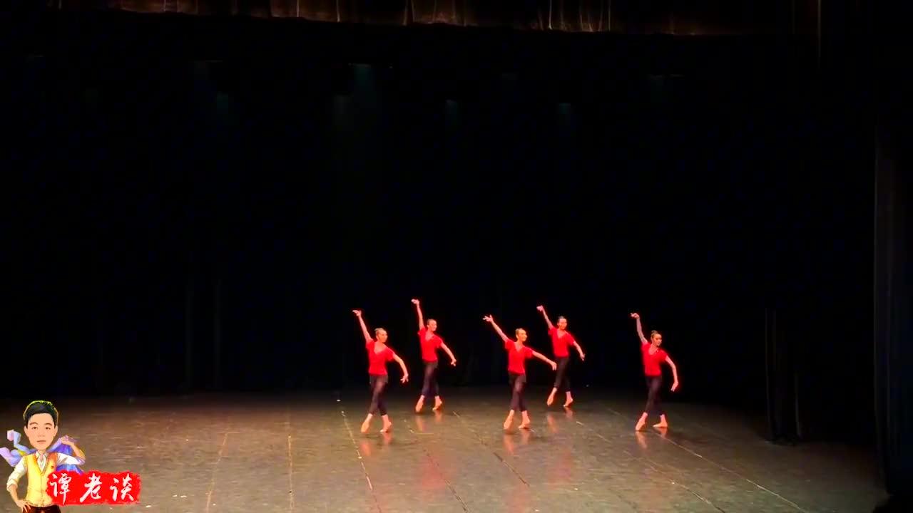 北京舞蹈学院古典舞班基训展示《踢腿组合》每一个动作都很美