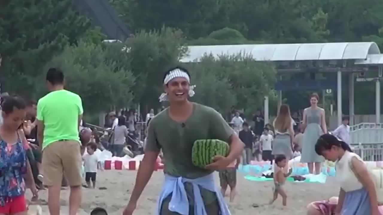 要价20000块钱的日本方形西瓜好奇小伙一刀切开后瞬间后悔了