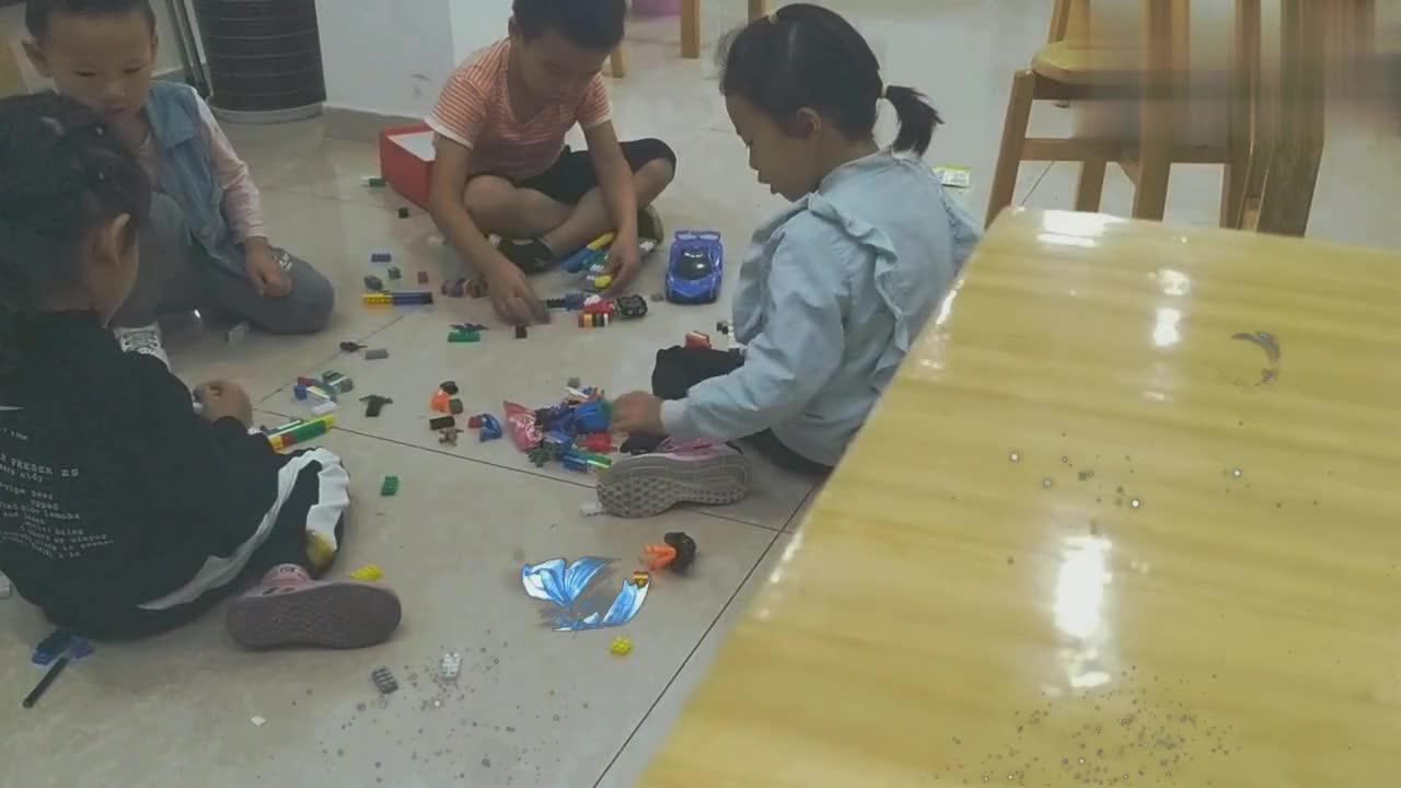 几个小朋友地上玩玩具,有挖机,小汽车,弄的满地都是!