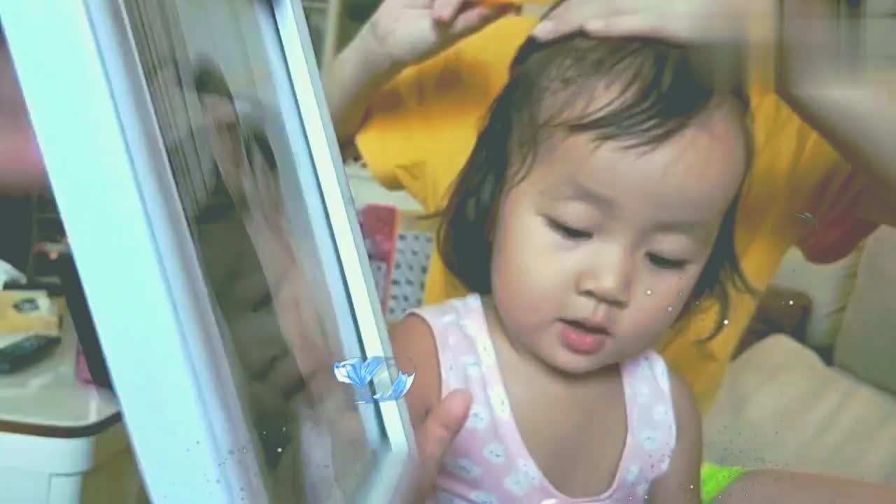 父母把两岁小姑娘关在卫生间,然后跑去拍写真还没心没肺的傻笑!