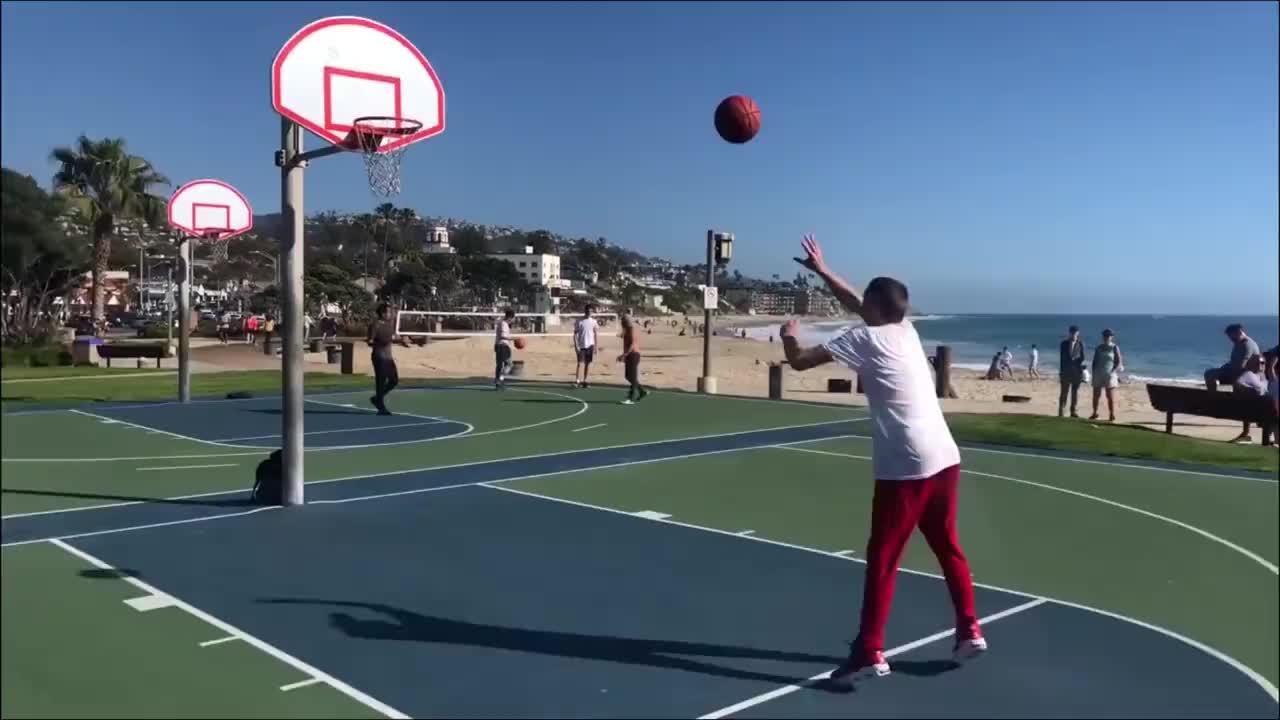 回顾篮球巨星姚明现身活动现场妻子穿着朴素女儿身高备受瞩目