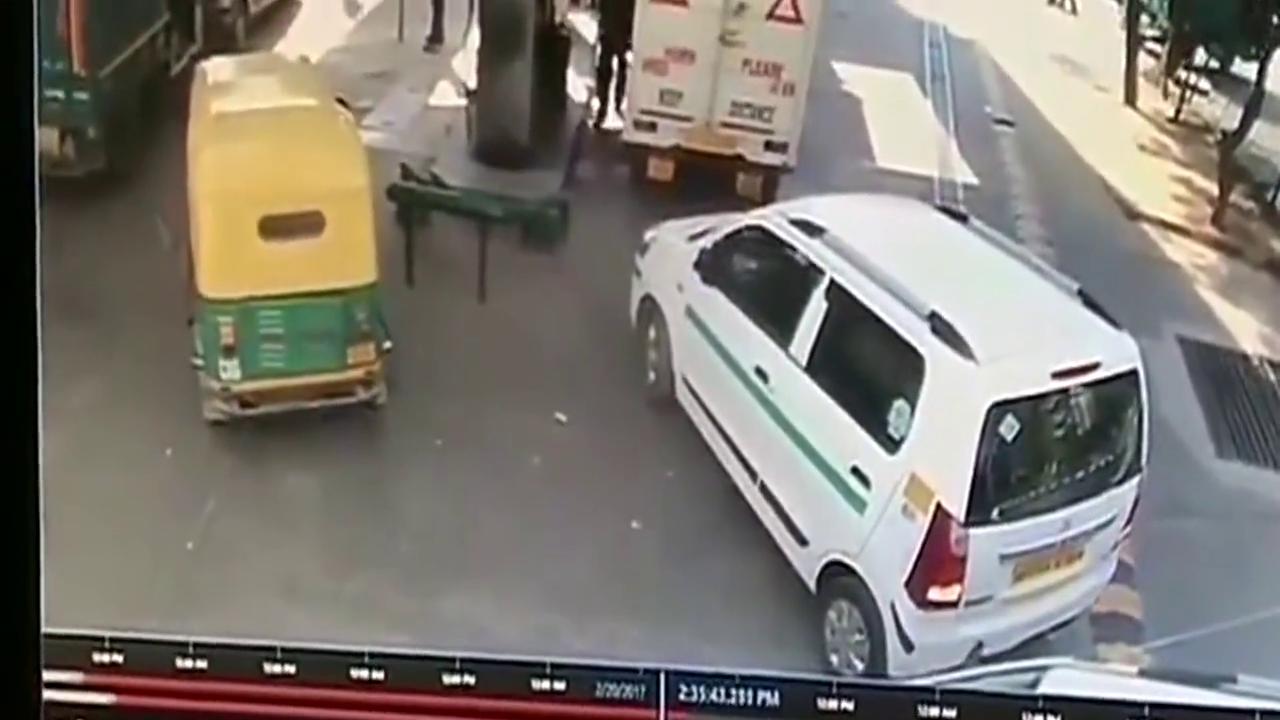加油站意外一幕,前车加油打电话,监控拍下三轮车被大火吞噬画面