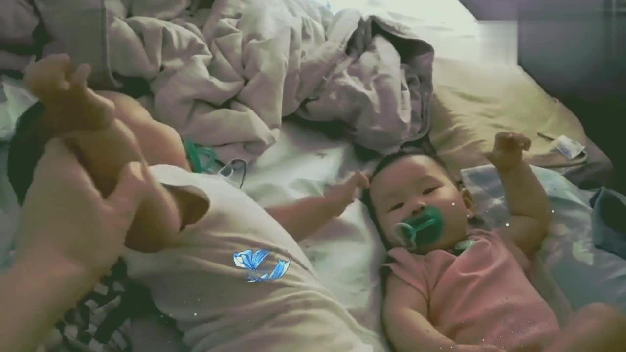 啥都是别人的好,双胞胎弟弟放着自己的奶嘴不要偏要抢哥哥的!