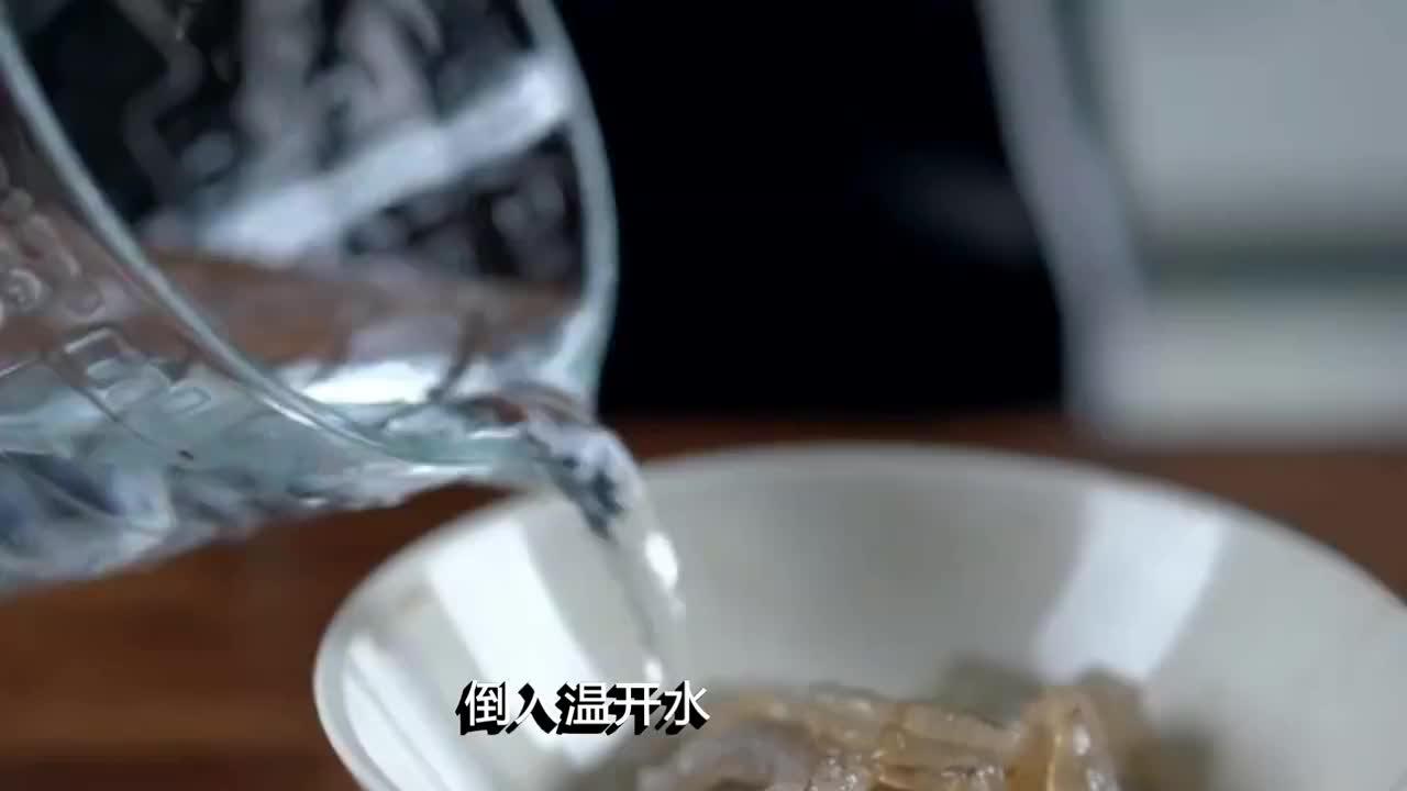 莴笋炒虾仁,壳脆肉嫩又香又酥,出锅老公就偷吃,上桌就抢光