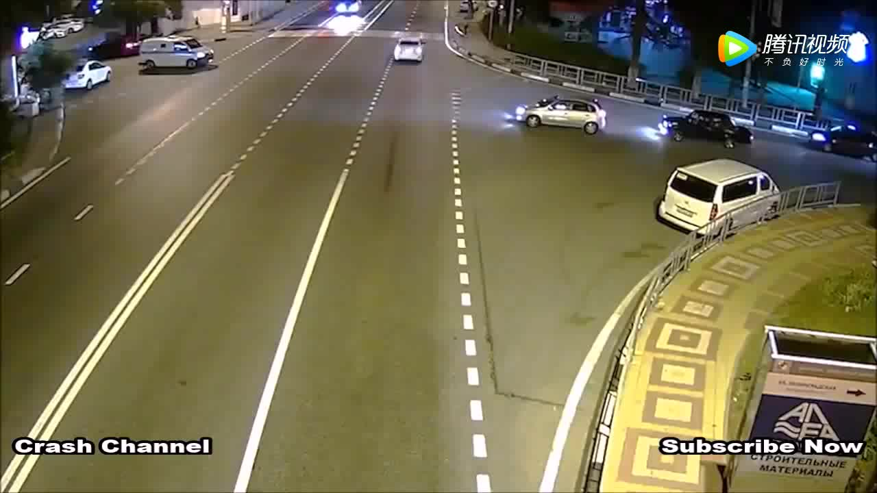 夜间一个超速行驶一个转弯不看车,监控拍下可怕的一幕