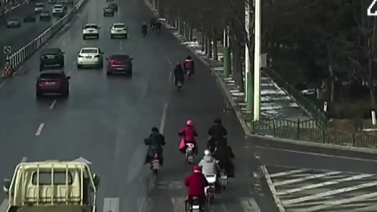 白色轿车转弯不观察直接将电动车撞翻险些将其碾压