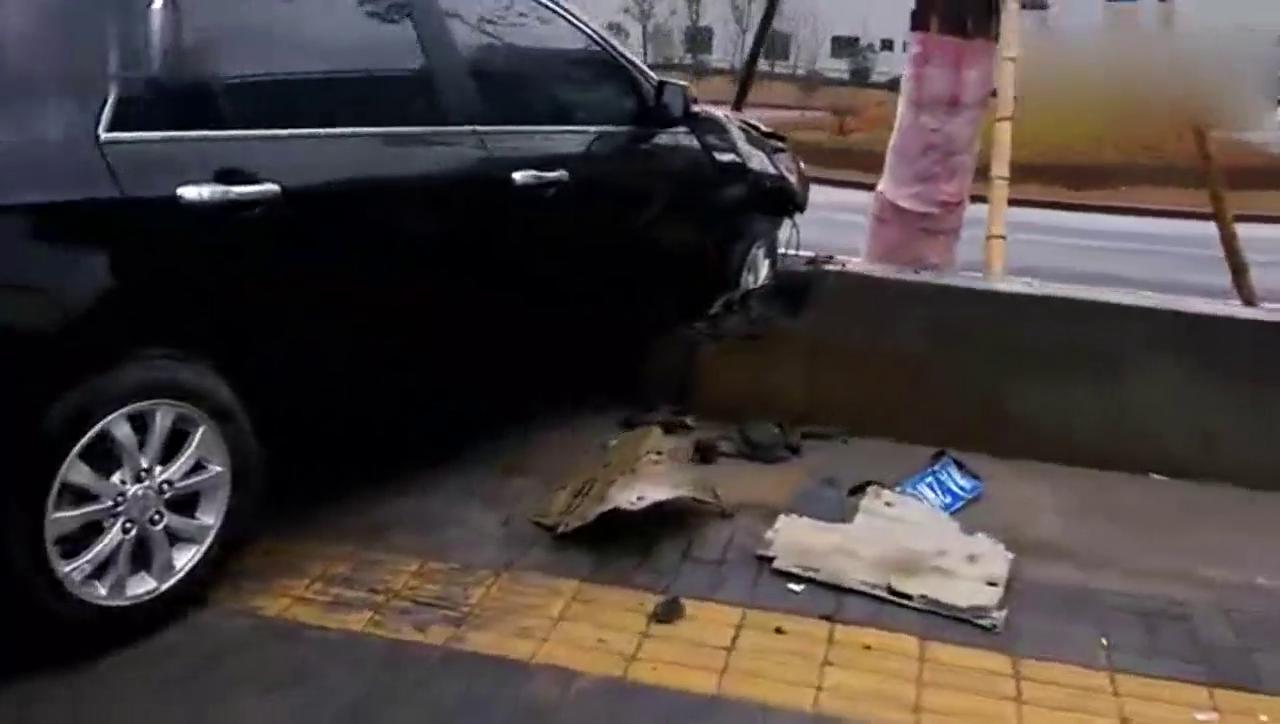 视频:比亚迪G6质量杠杠的 撞飞围墙保安全