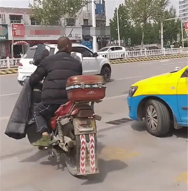 """大爷开铃木改装摩托上街,""""大耳朵""""很独特,2万的车今卖这个价"""
