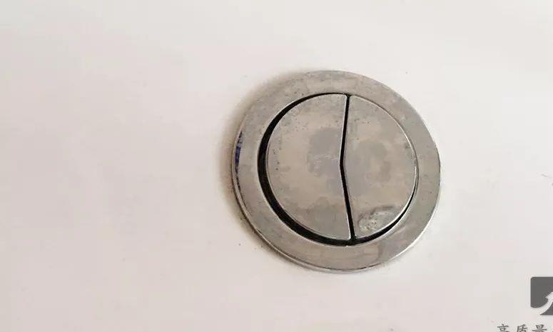 马桶上一大一小的按钮到底该怎么按?很多人都不清楚……